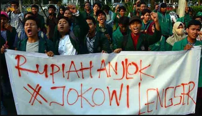 Mahasiswa Demo di Depan Istana: Kebijakan Jokowi Rugikan Rakyat
