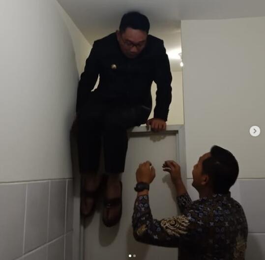 Momen Lucu Ketika Kang Emil / Ridwan Kamil Terkunci Di Kamar Mandi
