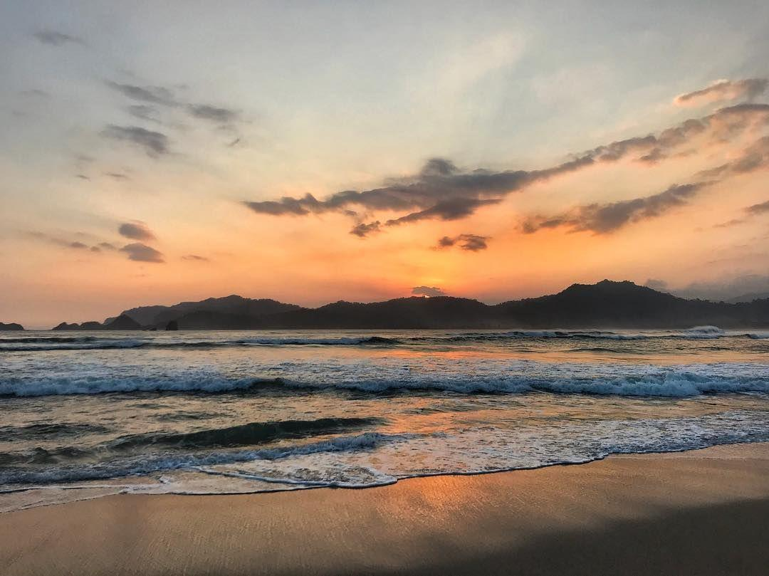 6 Potret Kecantikan Pantai Pulau Merah, Harus Dikunjungi!