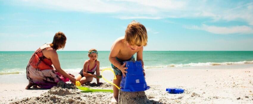 Liburan ke Pantai Bareng Anak? Siapkan 7 Peralatan Wajib Ini!
