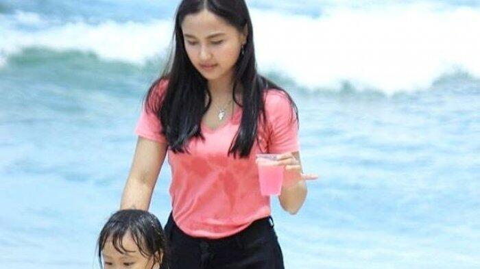 Dosen Cantik Yang Membuat Mahasiswanya Bilang Cinta Di Depan Suaminya Yang TNI