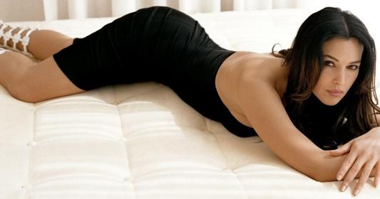 5 Artis Cantik Yang Pernah Muncul Di Serial Film James Bond