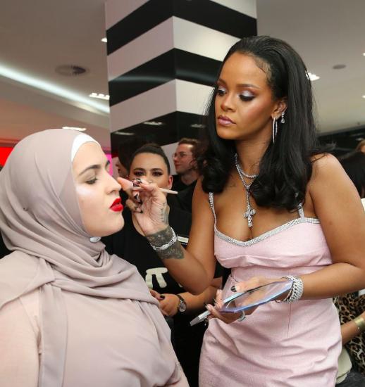 Ketika Rihanna Bersedia Jadi Perias Hijabers