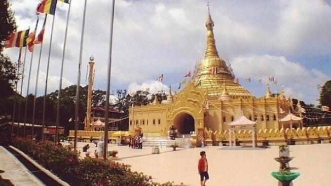 Megahnya Pagoda Emas di Sumut Bikin Silau, Jadi Objek Wisata Lho!