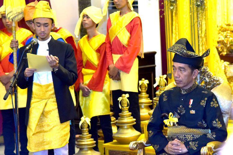 Presiden Jokowi Diberi Gelar Bangsawan Kesultanan Deli di Istana Maimun