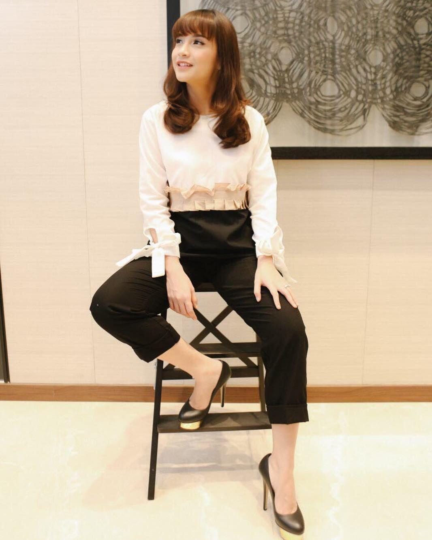 10 Adu Gaya Seleb Pakai Outfit Formal, Referensi Pas buat Ngantor!