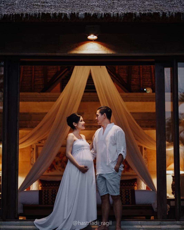 Manis Banget, Ini 10 Potret Babymoon Ardina Rasti & Arie di Bali