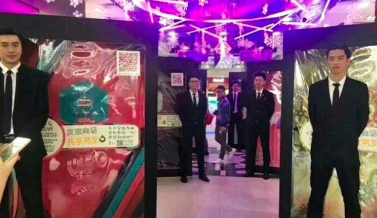 Wanita China Kini Bisa Sewa 'Kekasih' untuk Temani Belanja