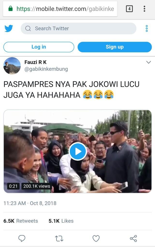 Viral, Paspampres Betulkan Pose 2 Jari Mahasiswa saat Berfoto dengan Jokowi