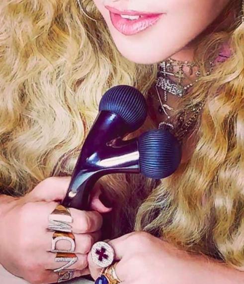 Madonna RIlis Alat Facial Baru, Netizen Sebut Mirip Sex Toys