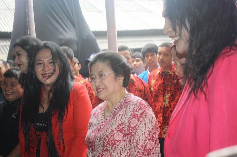 Waria se-Solo Dukung Gibran Putra Jokowi Ikut Pilkada 2020: Dia Peduli Kami 💕