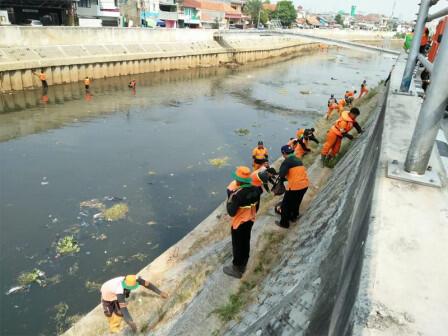 250 Petugas Gabungan Grebek Sampah di Kawasan Kali Ciliwung