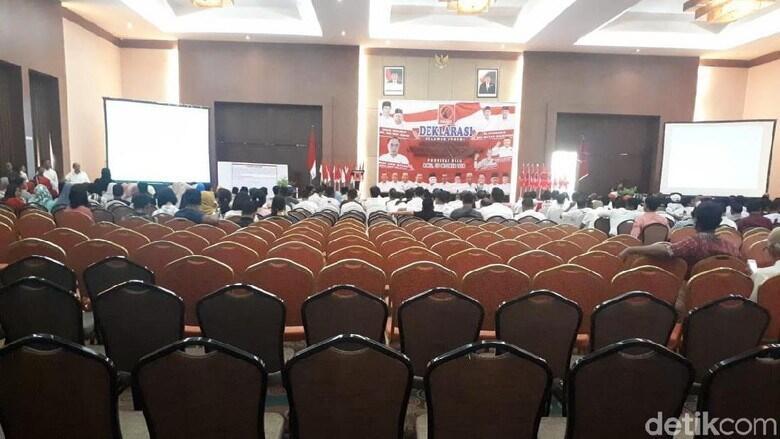 Dihadiri Banyak Kursi Kosong, Deklarasi Pro Jokowi di Pekanbaru Sepi