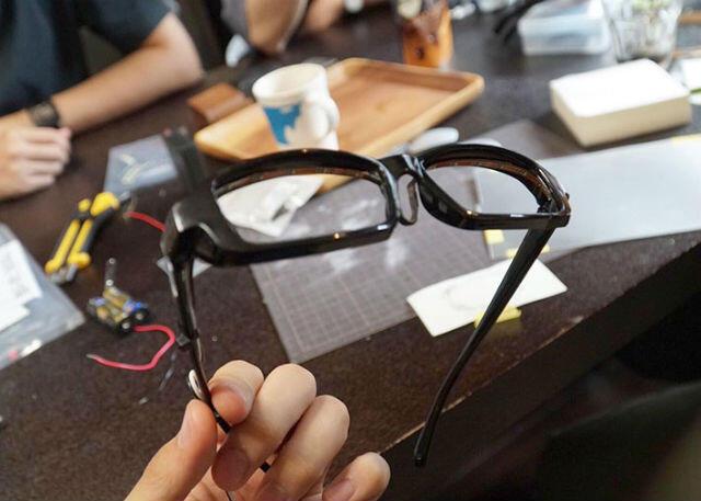 SUGOI! Pemuda Jepang ini Bikin Kacamata Ala Anime Jadi Kenyataan!