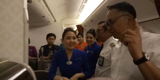 Pertama kalinya, direksi Garuda jadi pilot dan dirut layani makanan ke penumpang