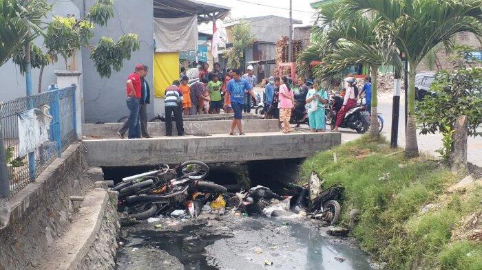 Motor-motor Pemuda NTT Dilempar ke Sungai oleh Warga Tambak Sawah