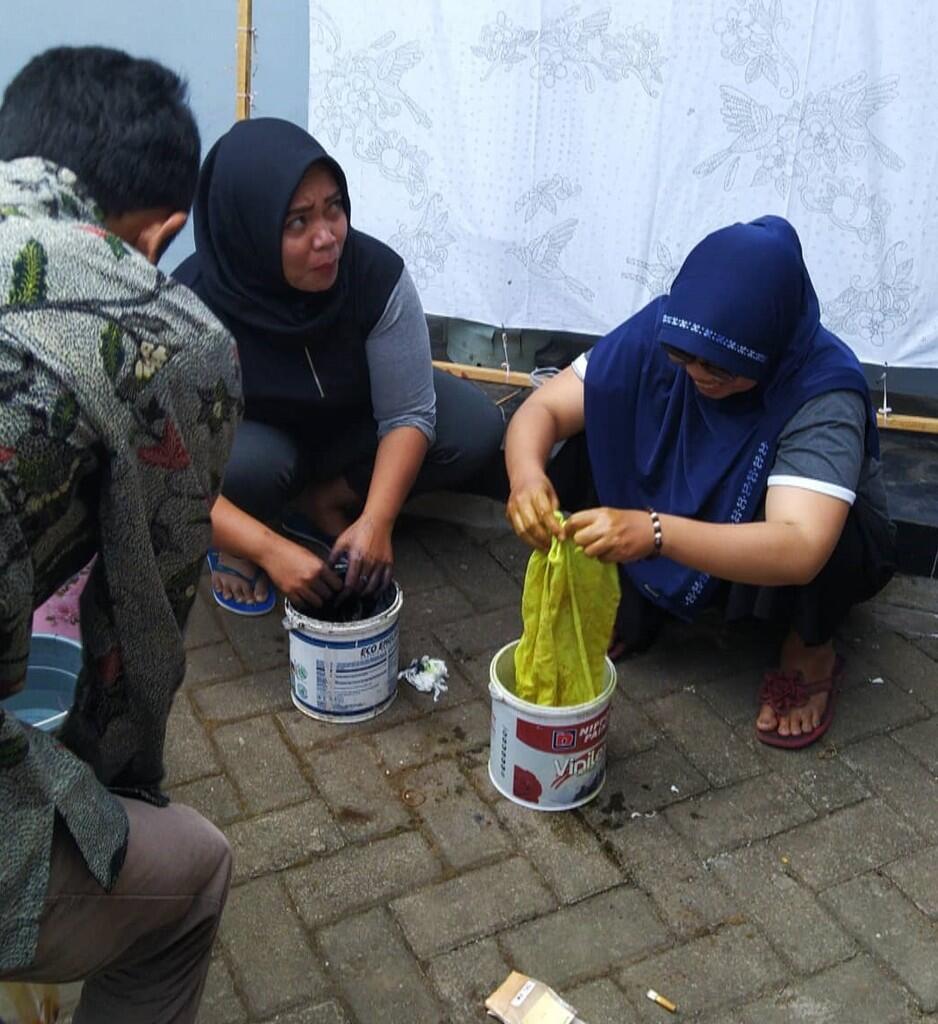 Pelatihan Pewarnaan Batik 2 Warna oleh Mahasiswa KKN UM