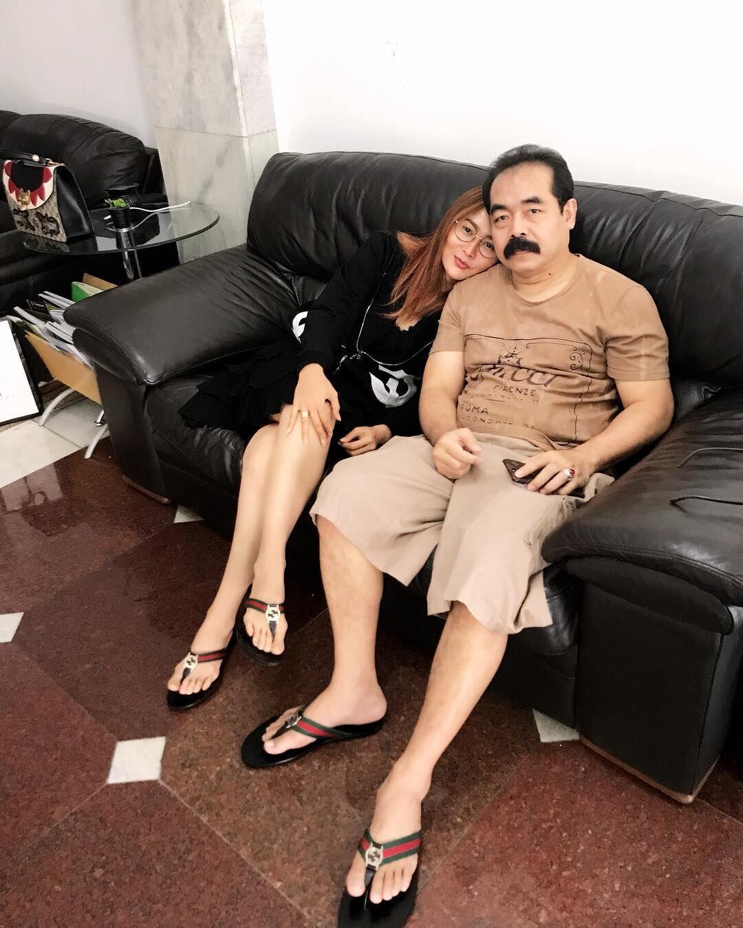 10 Potret Adam Suseno Suami Inul Daratista dengan Kumis Ikoniknya