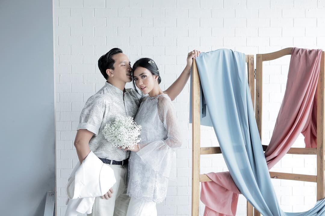 Bernuansa Batik, 9 Ide Foto Prewed Ge Pamungkas Ini Romantis Banget