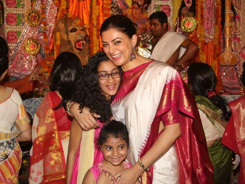 Super Mom! 10 Momen Manis Sushmita Sen Bersama Dua Putri Adopsinya