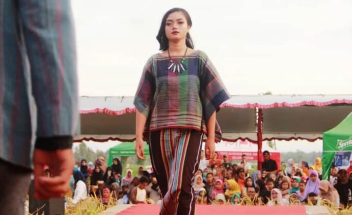 Fashion Show Tenun ala Pringgasela Lombok, jadi Pesona di Event Alunan Budaya Desa