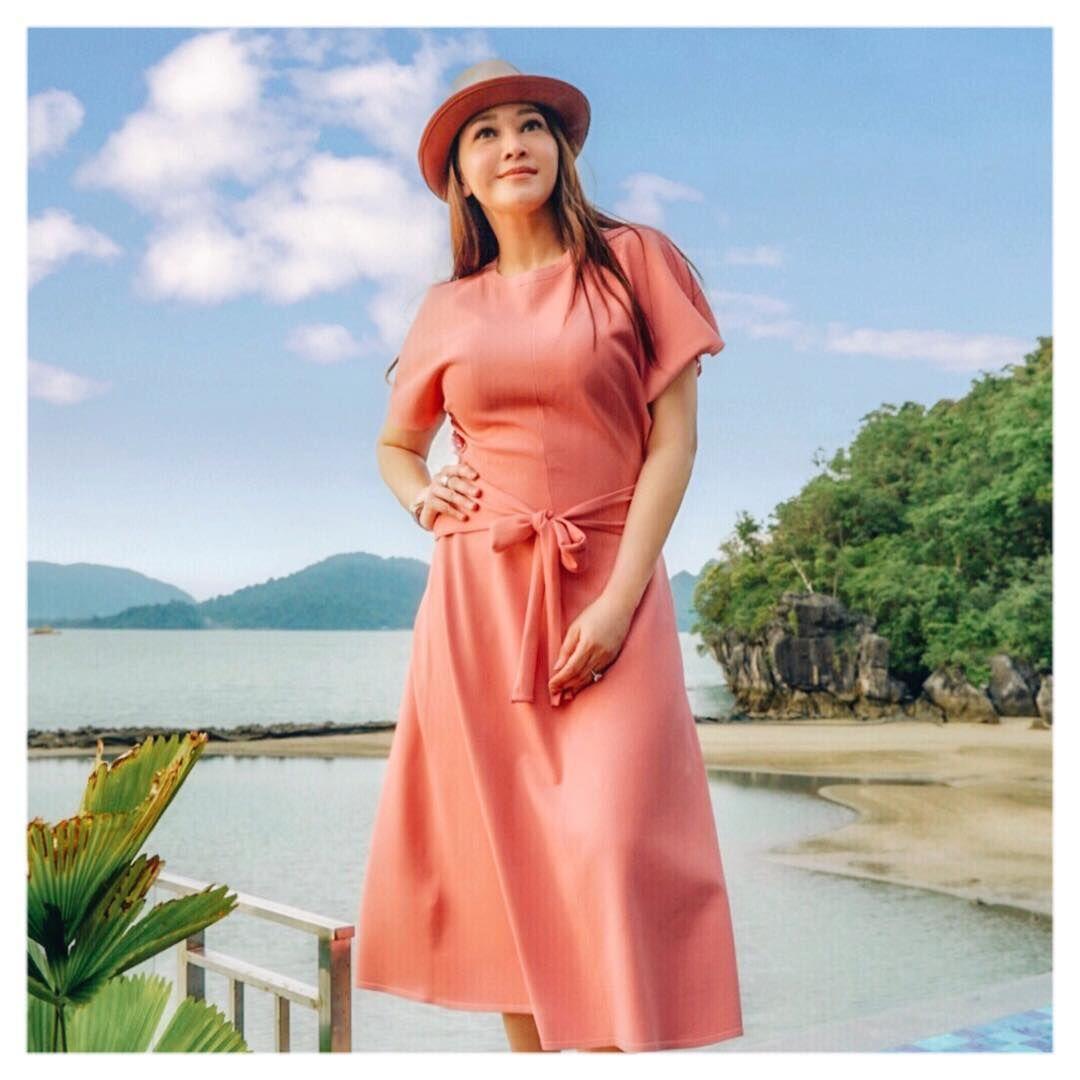 Baru Saja Menikah, 10 Gaya Berkelas Maia Estianty dengan Dress Polos