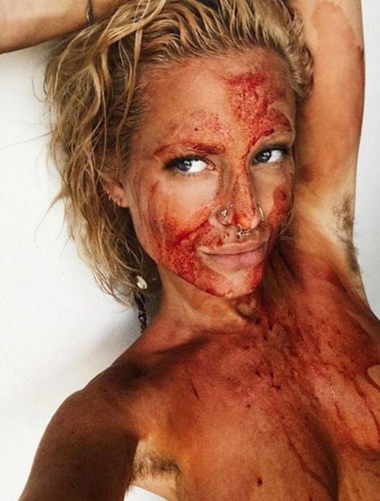 Wanita Ini Membalur Mukanya Dengan Darah Haidnya Karena Mengikuti Permintaan Hatinya
