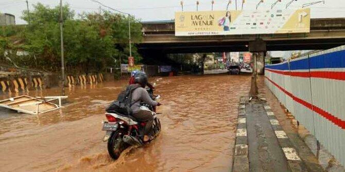 Banjir di kolong Tol JORR, jalan utama Jakarta-Bekasi terputus