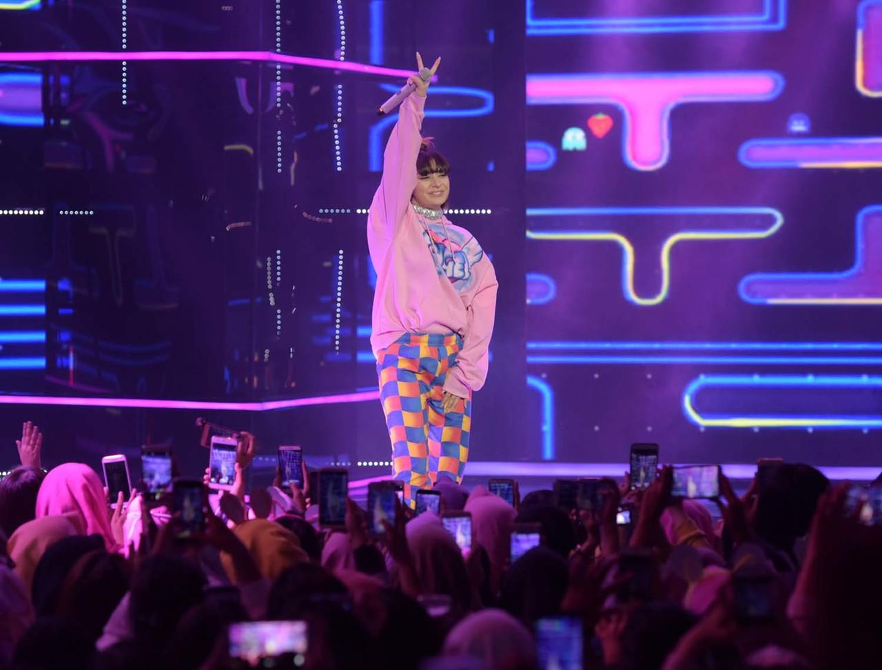 Charli XCX Tampil di Indonesian Television Awards 2018
