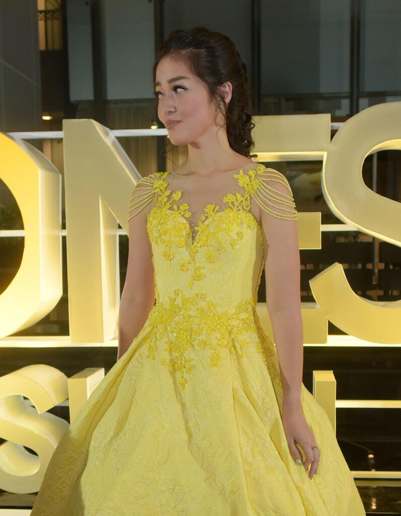 Gracia Indri Cantik pakai gaun kuning
