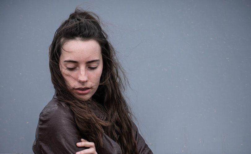 Bukan Apatis, Ini 5 Alasan Introvert Sulit Mengungkapkan Perasaannya