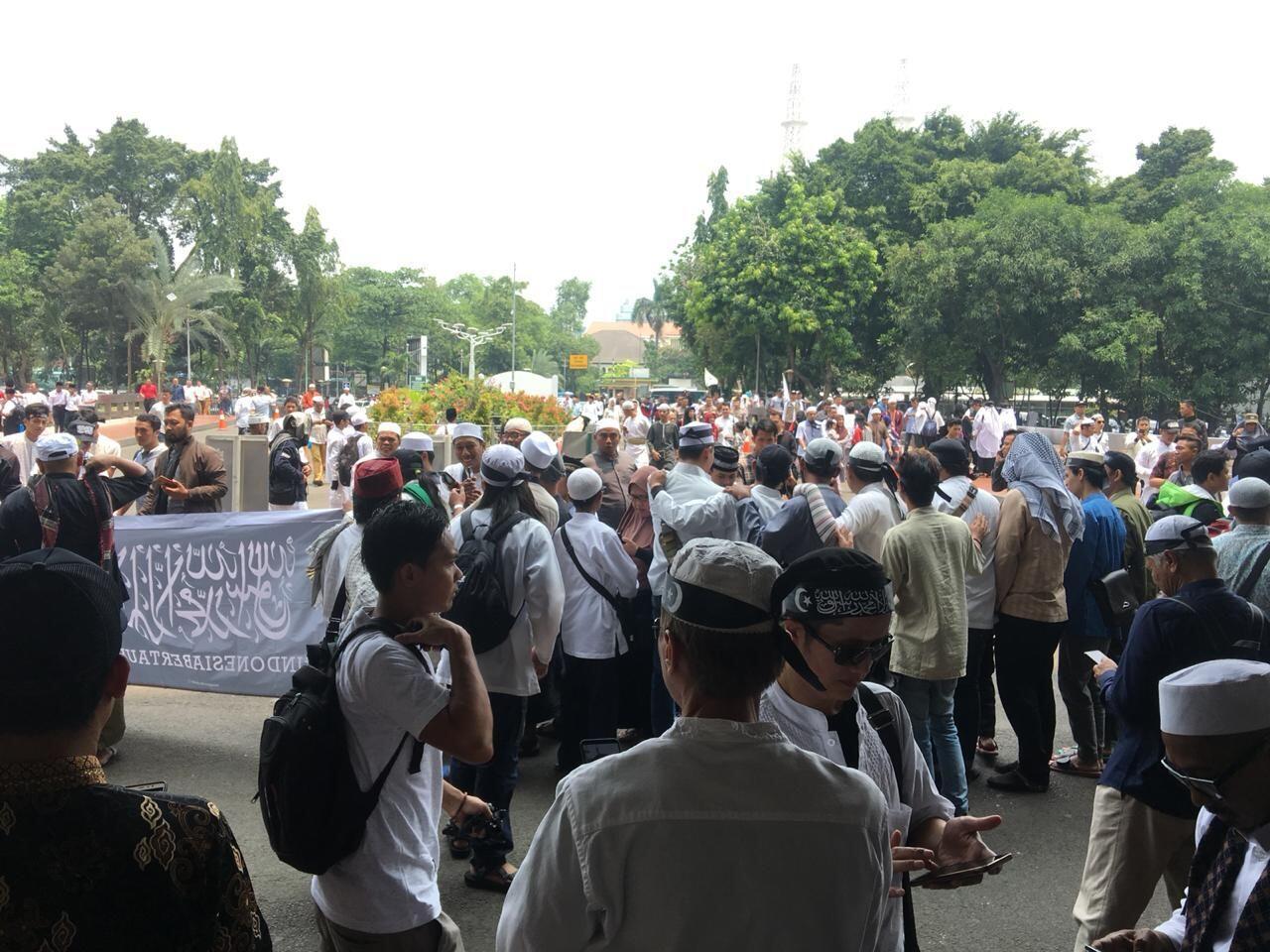 Massa Aksi Bela Tauhid Paksa Polisi Buka Barrier