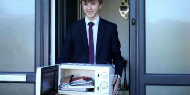 Greget! Karena Pihak Sekolah Melarang Bawa Tas, Bocah Ini Bawa Buku Pake Microwave