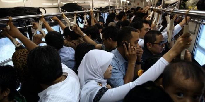 Potret Para Pecandu Smartphone Tingkat Akut di KRL