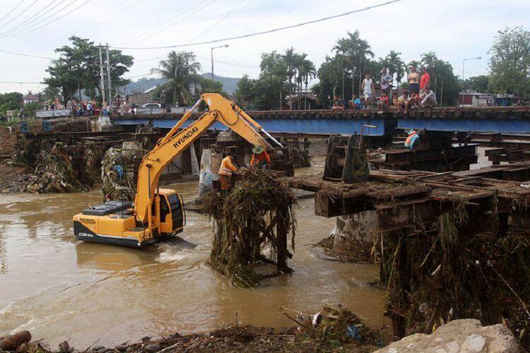Jembatan Gantung di Padang yang Rusak akibat Banjir Bandang Diperbaiki