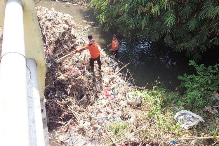 Antisipasi Banjir, Relawan Bencana di Jombang Bersihkan Sungai