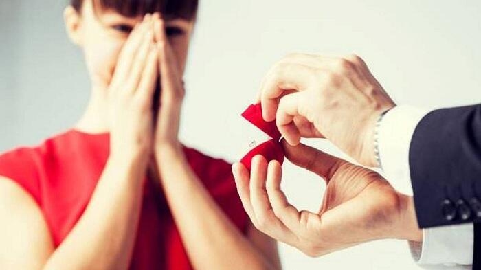 Koplak! Wanita ini Malah 'Minjem' Tangan Sepupunya Buat Foto Pertunangan