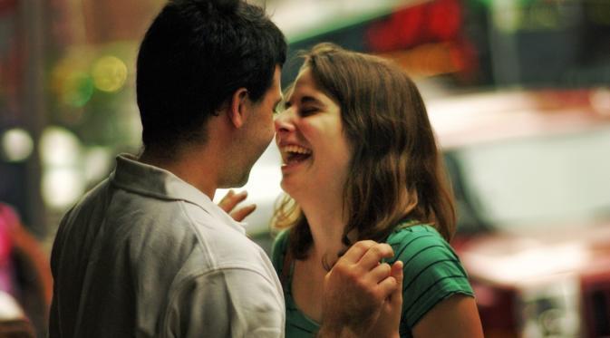 10 Tanda kalau Kamu Lagi Jatuh Cinta dengan Teman Sekantor
