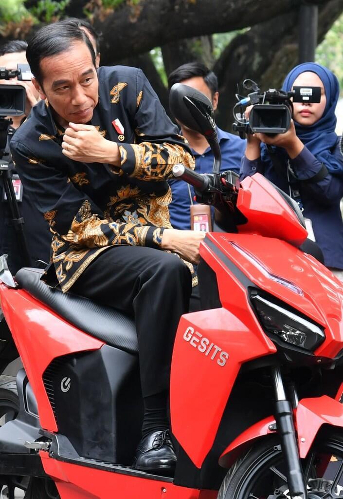 HOT: Jokowi Jajal Skuter Listrik Gesits di Istana Negara