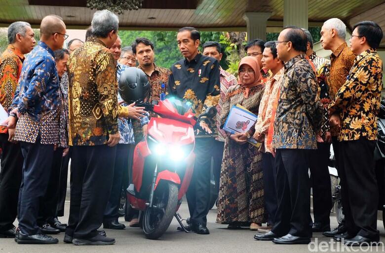 Jokowi Kaget, Ngecas Motor Listrik Gesits Cuma Butuh 3 Jam!