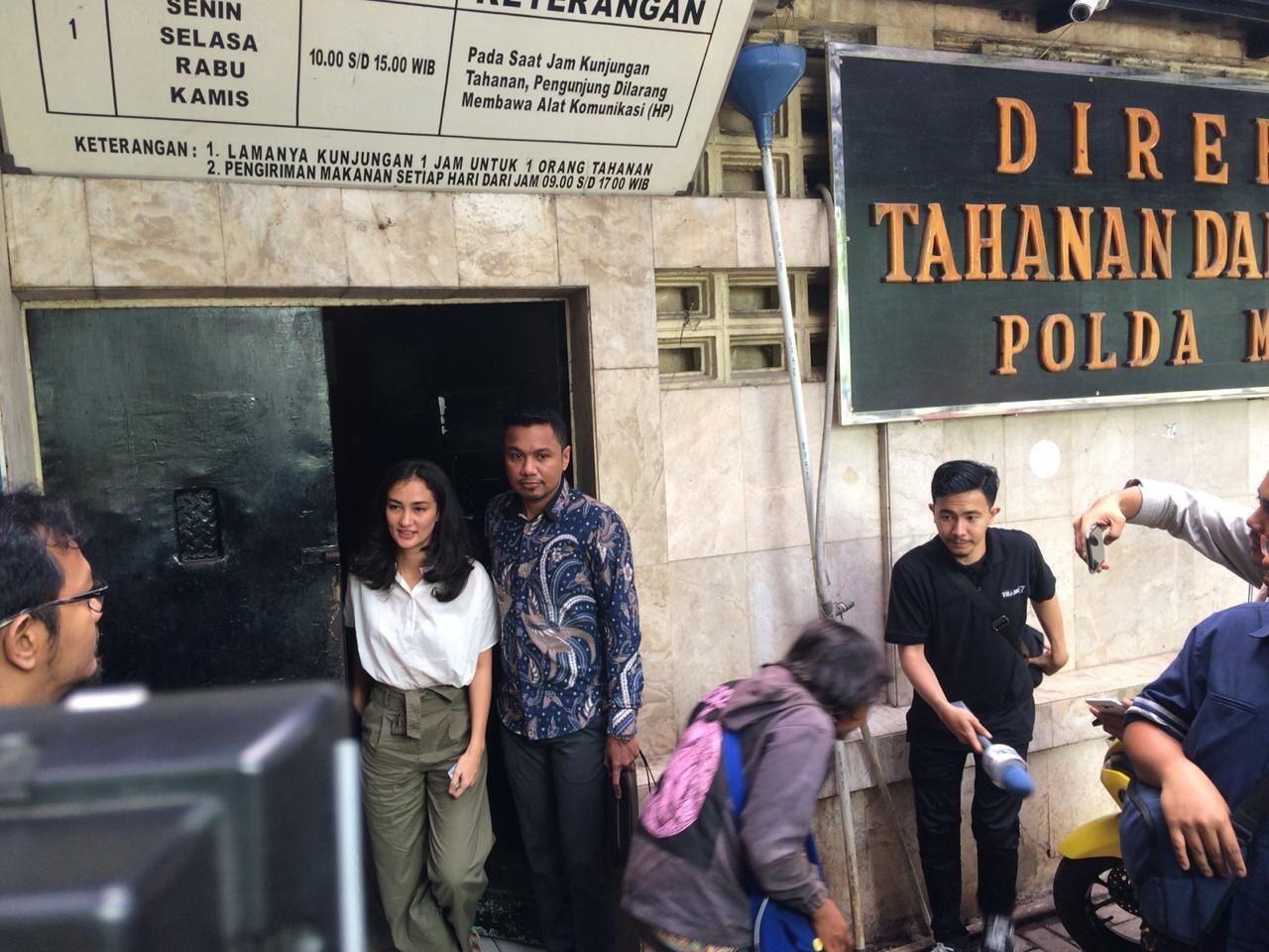 Kondisi Ratna Memburuk, Atiqah Harap Ibunya Jadi Tahanan Kota