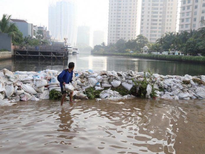 "8000 Karung Pasir, ""Senjata"" Anies Atasi Banjir di Jakarta Utara"