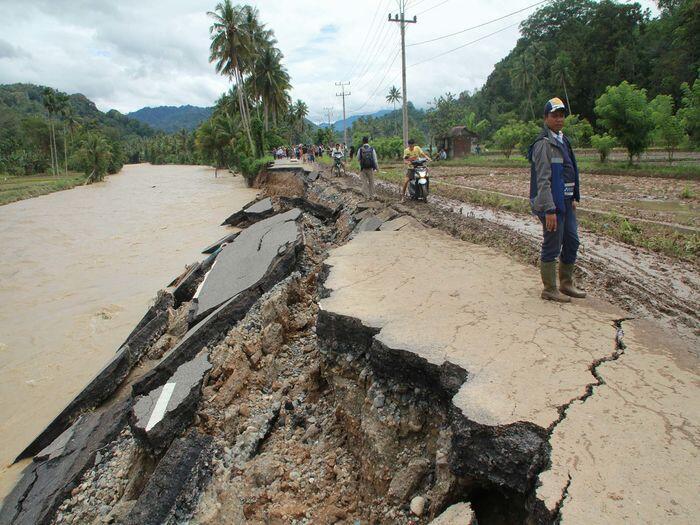Banjir dan longsor di Mandailing hanyutkan 77 rumah