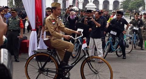 Alasan Jokowi Kenakan Baju Pejuang di Hari Pahlawan