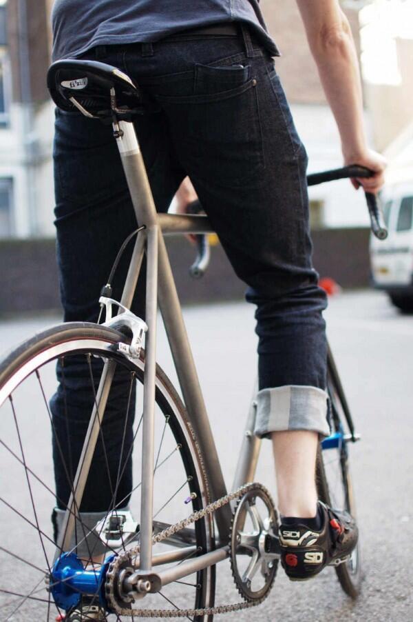 Tampil Kece, Lipat Celana Jeans-mu dengan 6 Cara Ini
