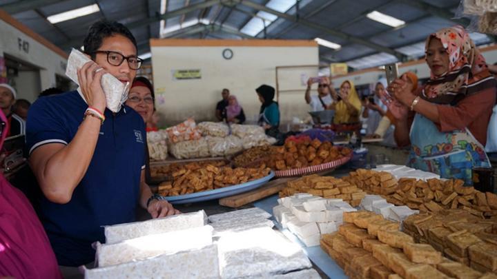 Sarapan Soto Bathok, Sandiaga Makan Tempe Lima ATM