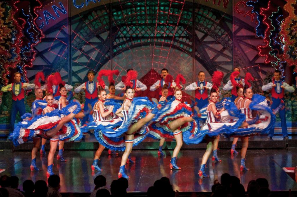 Pertunjukkan Kabaret di Moulin Rouge Paris