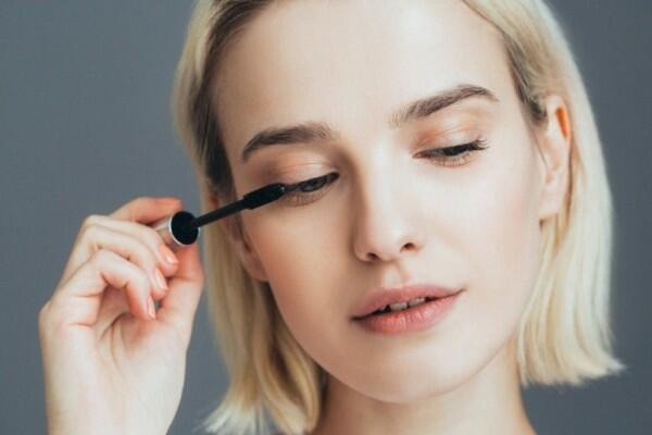 Gak Perlu Takut Menor, 5 Cara Gunakan Makeup No-makeup dengan Sempurna