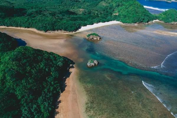 10 Potret Keindahan Pantai Teluk Asmoro Malang, Dijamin Terpesona!