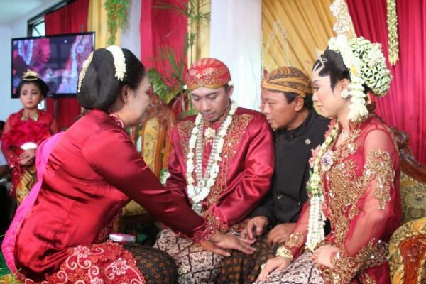 18 Arti Prosesi Sakral Pernikahan Adat Jawa yang Dijalani Paula-Baim